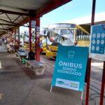 """Área coberta de terminal com cavalete """"ônibus sendo ozonizado"""""""